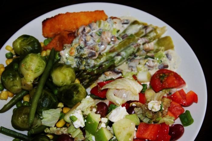 Höyrytettyjä kasviksia, uunissa paahdettua parsaa, kalapuikkoja, herkkusienikastike (kaurakermaan! huom) ja fetasalaatti.