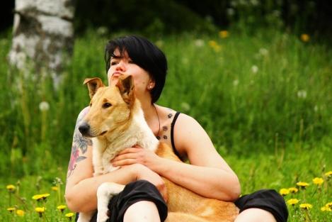 Oma koira Jukka syleilyssä kesällä 2015