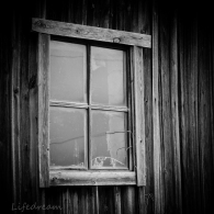 vanhat ikkunat ladossa.